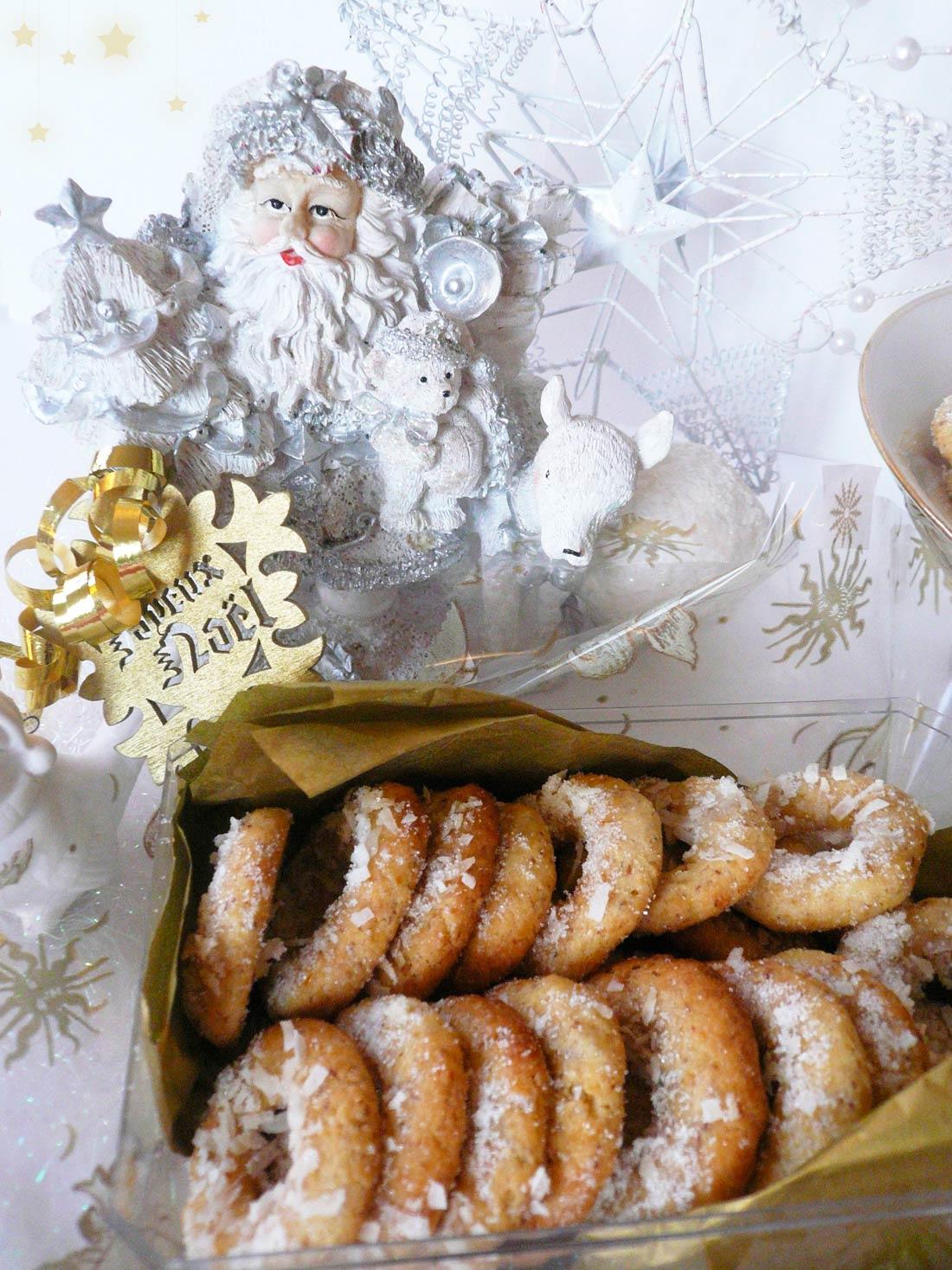 idée de cadeaux gourmands maison : sablés de Noël en habit de neige coco