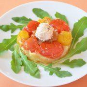 Mini Tatins de tomates, oignons caramélisés et glace chutney d'olive noire