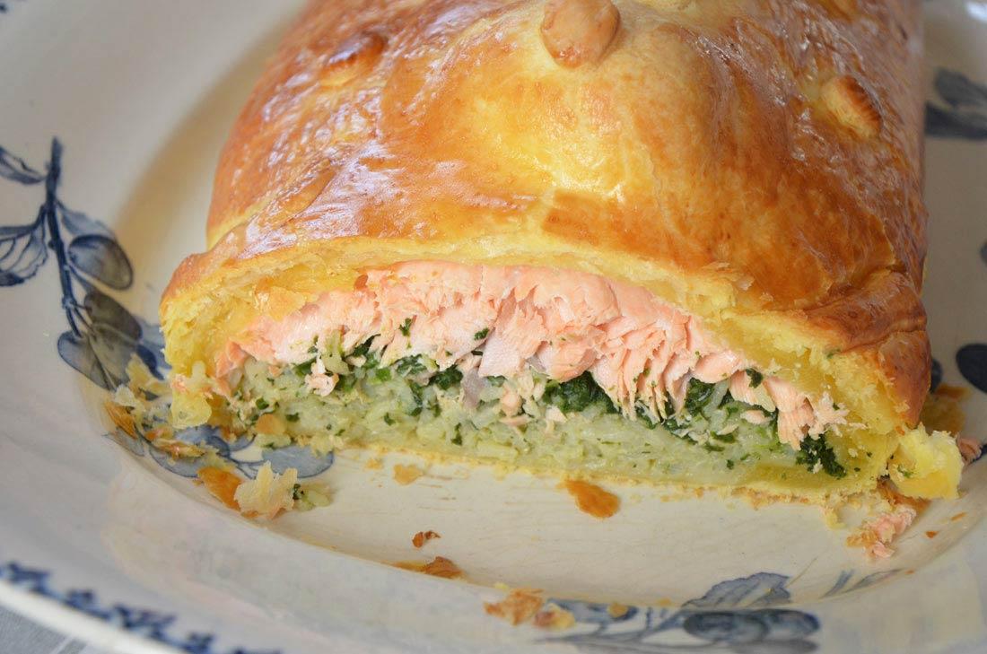 koulibiac de saumon avec du riz, des œufs, des épinards : un plat d'origine russe vraiment délicieux !