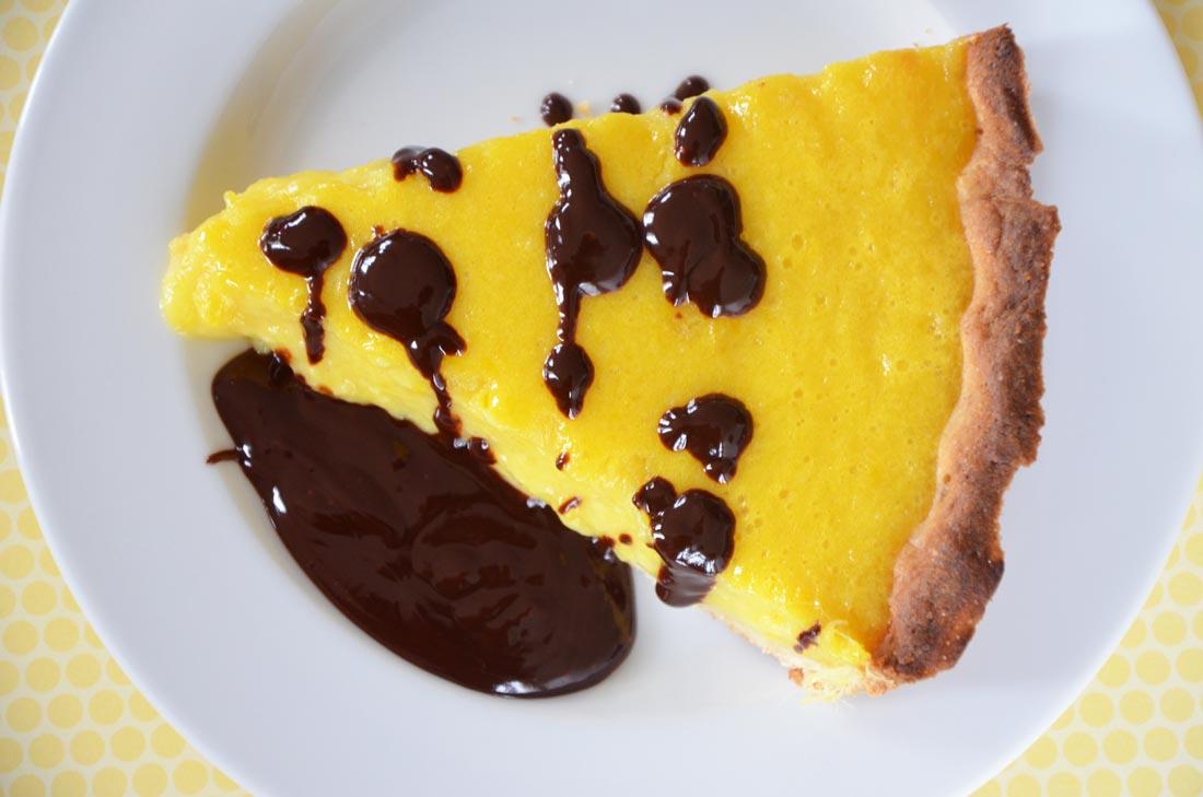 Recette de tarte mangue coco à servir avec un coulis de chocolat noir à servir