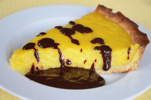 Recette de tarte à la mangue et à la noix de coco à servir avec un coulis de chocolat noir