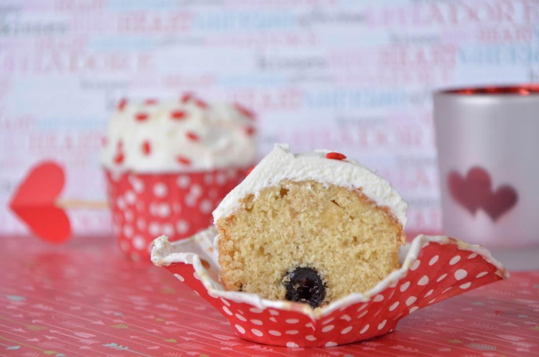 cupcakes au chocolat blanc et à la cerise amarena, parfaits pour la Saint Valentin