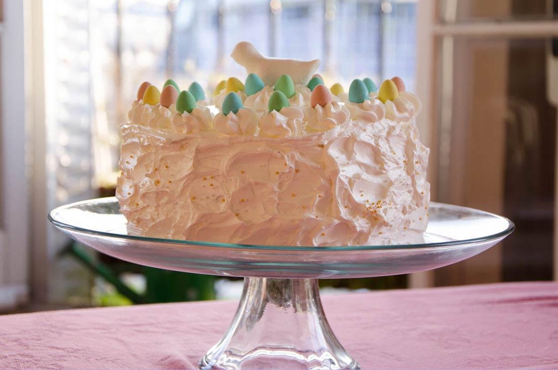 Délicieux gâteau de Pâques, un layer cake vanille framboises