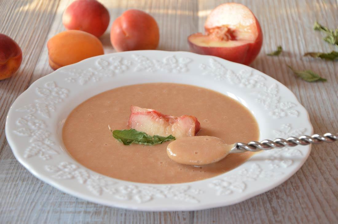 Recette de soupe froide de pêches au yaourt et verveine