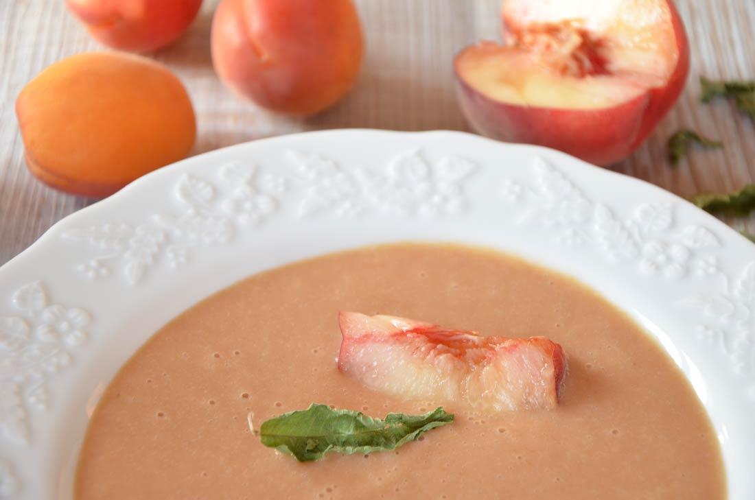 Rafraichissante recette de soupe froide de pêches au yaourt et verveine
