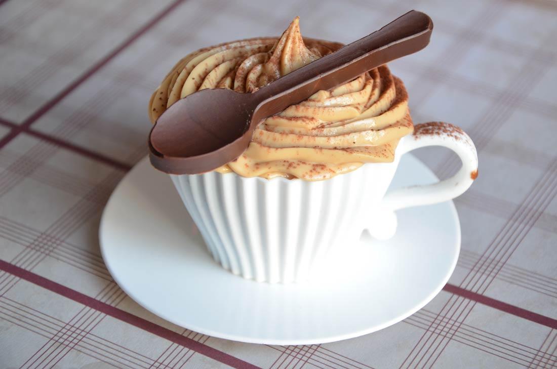 cupcakes cappuccino et cuillère en chocolat