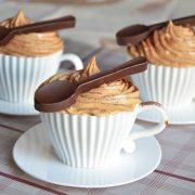 cupcakes cappuccino et cuillères en chocolat