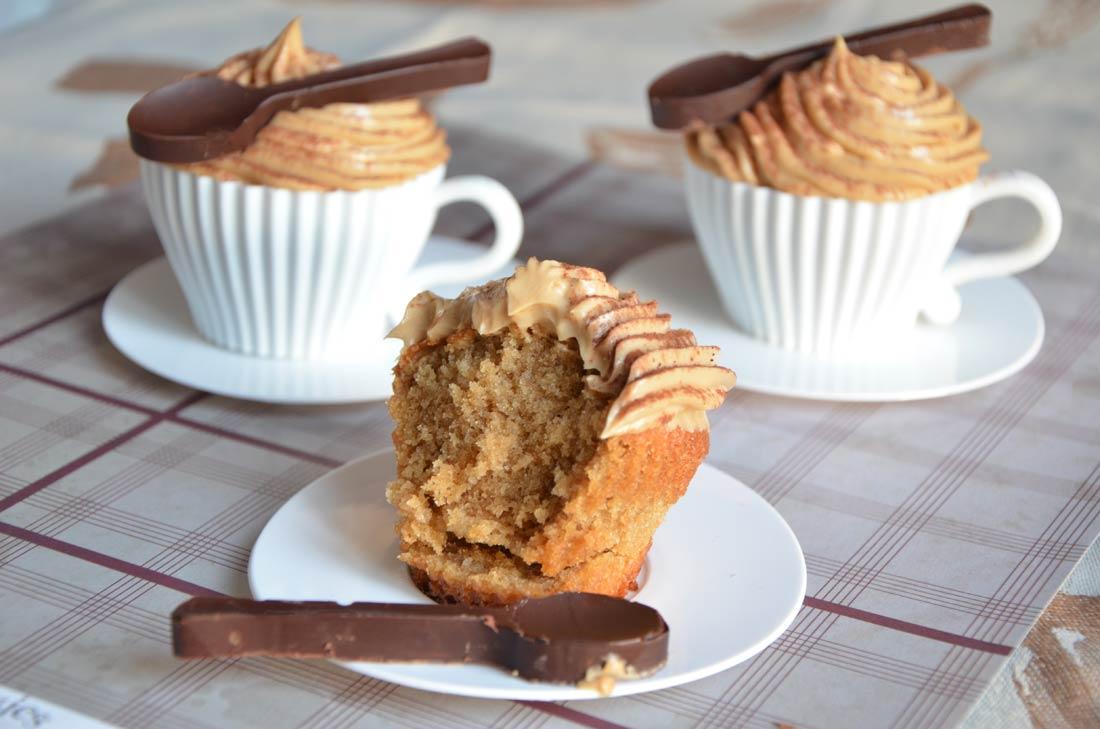 délicieux cupcakes cappuccino avec leurs cuillères en chocolat