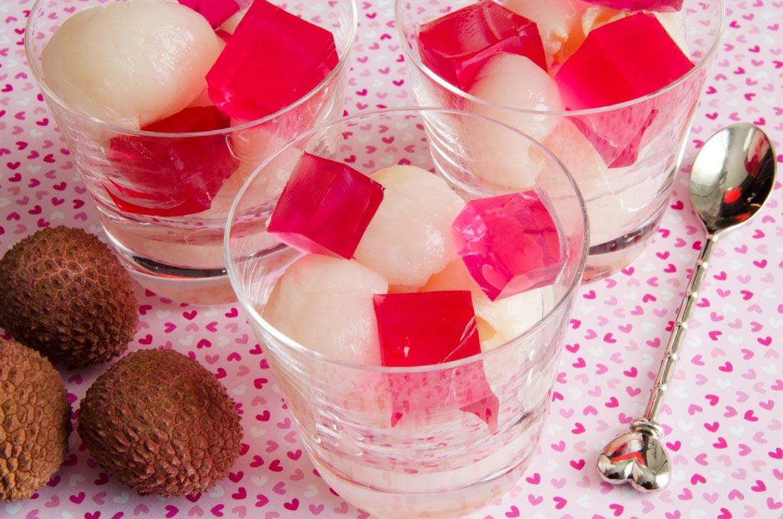 Litchis et cubes de gelée de rose