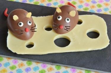 souris gourmande et son gruyère de chocolat blanc