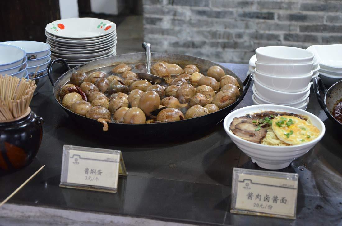 street food à Wuzhen : oeufs au soja
