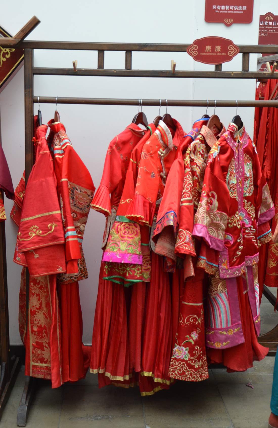 tenues de mariage traditionnelles au musée de Wuzhen