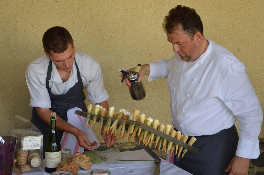 Le Chef Sylvain Guillemot préparant le buffet Petit Billy