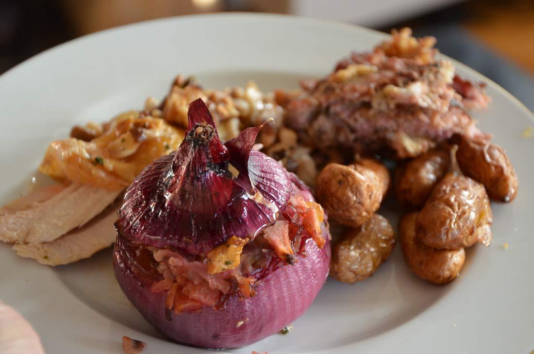 chapon rôti et oignons rouges