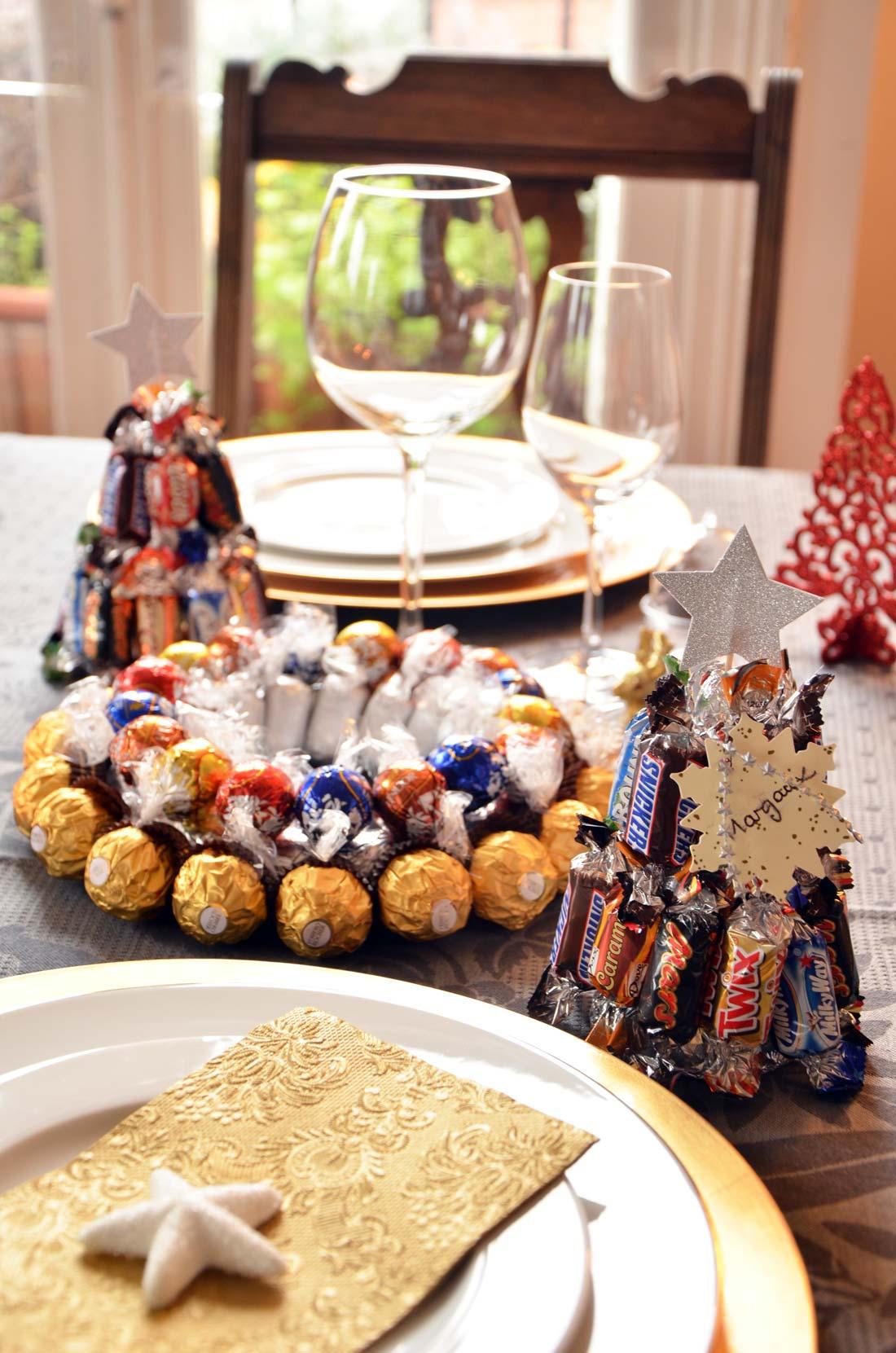 table de noël avec centre de table et marque places en chocolat