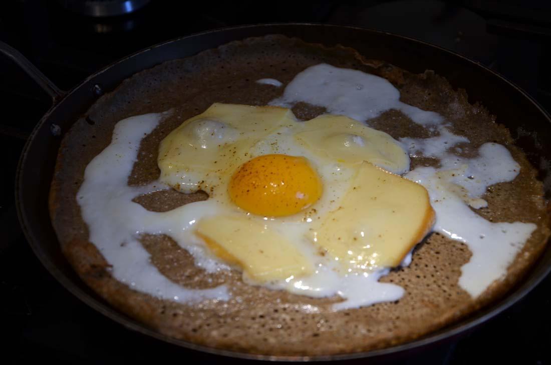 fromage à raclette fondu et crêpe