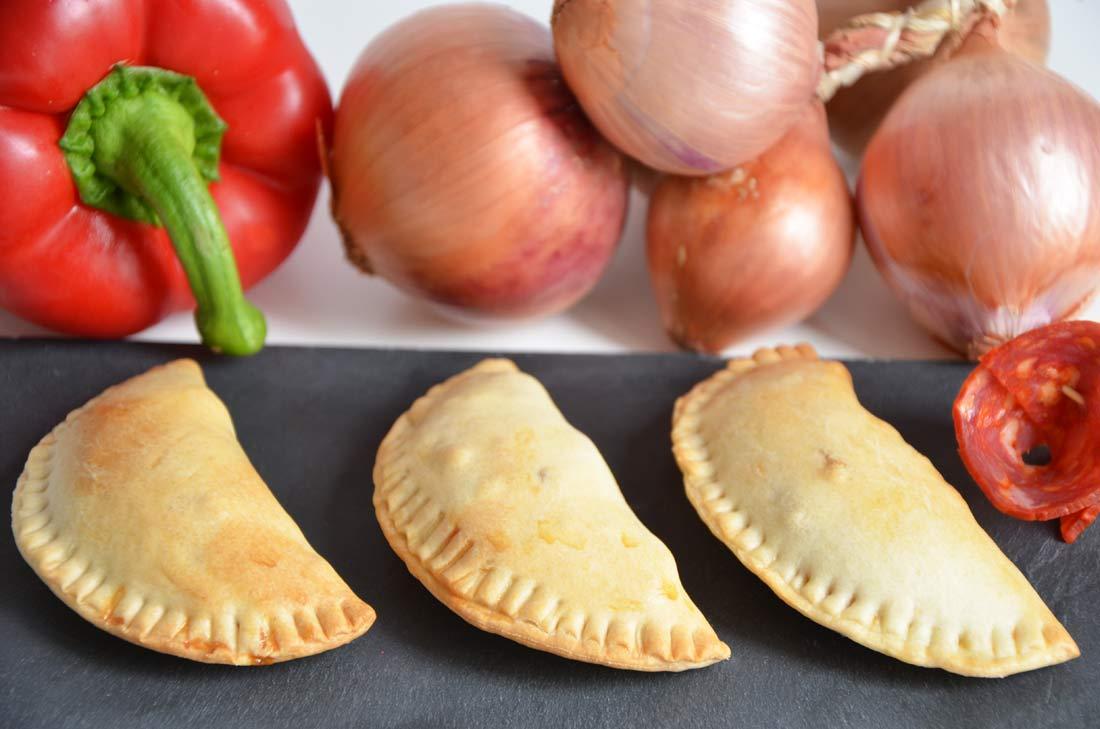 Chaussons chorizo, poivrons rouges et oignons confits