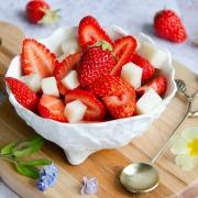 salade de fraises et cubes au lait ribot à l'amande