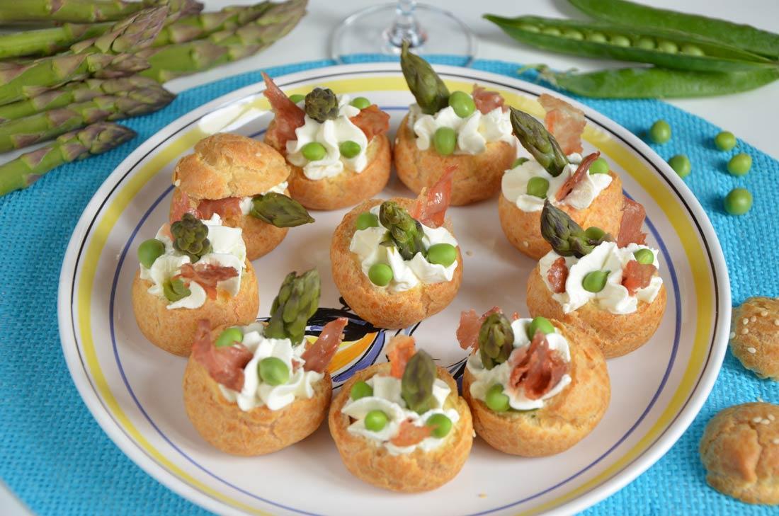 Mini choux asperges petits pois chips de jambon cru