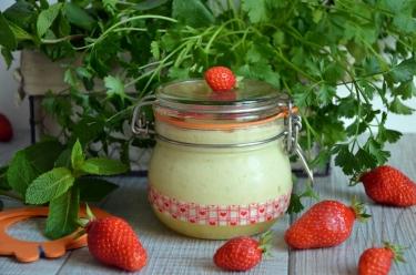 Mousse de brocciu rhubarbe pochée et fraises