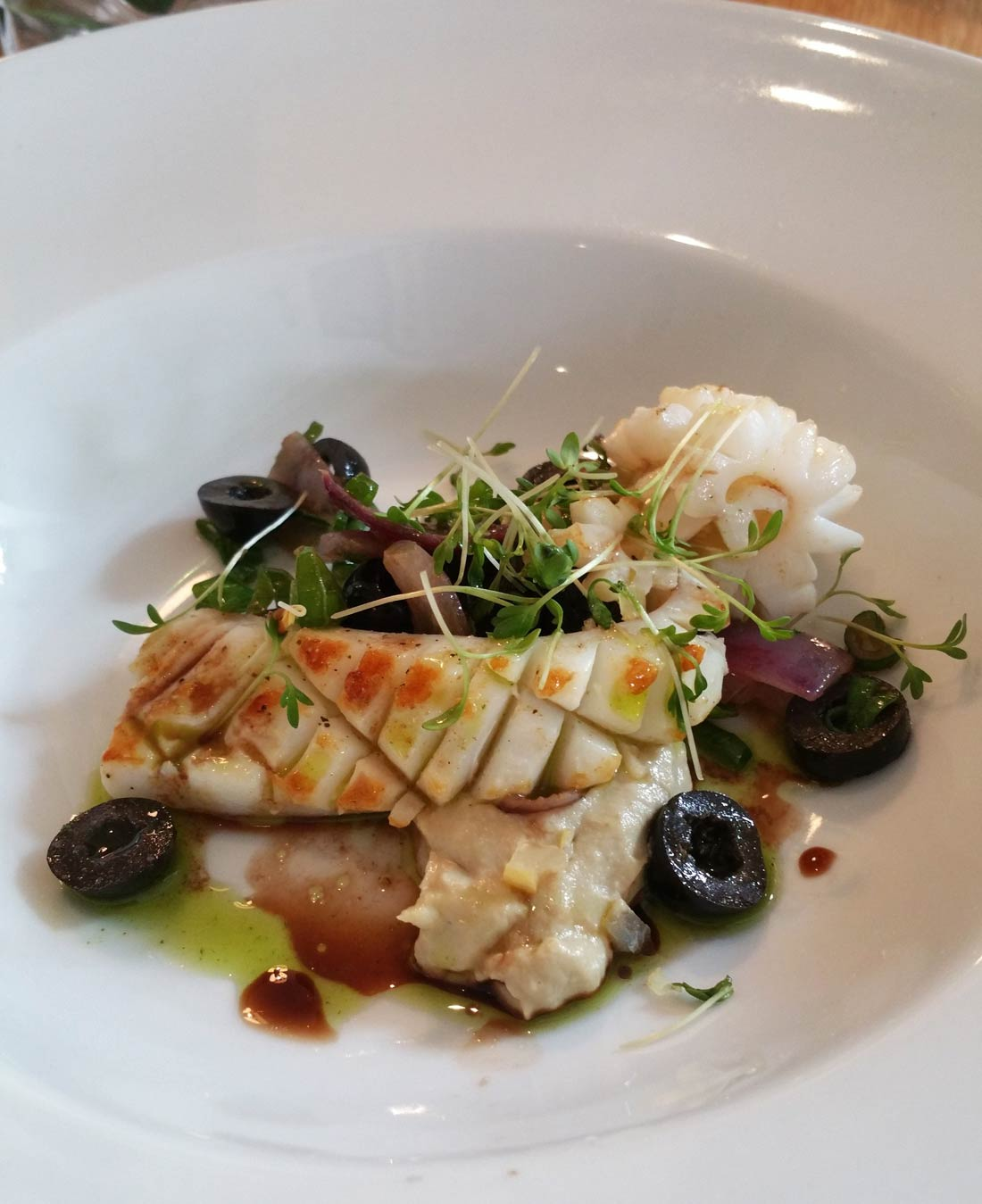 calamars flashés, artichauts aux olives noires et cumin de Yoni Saada