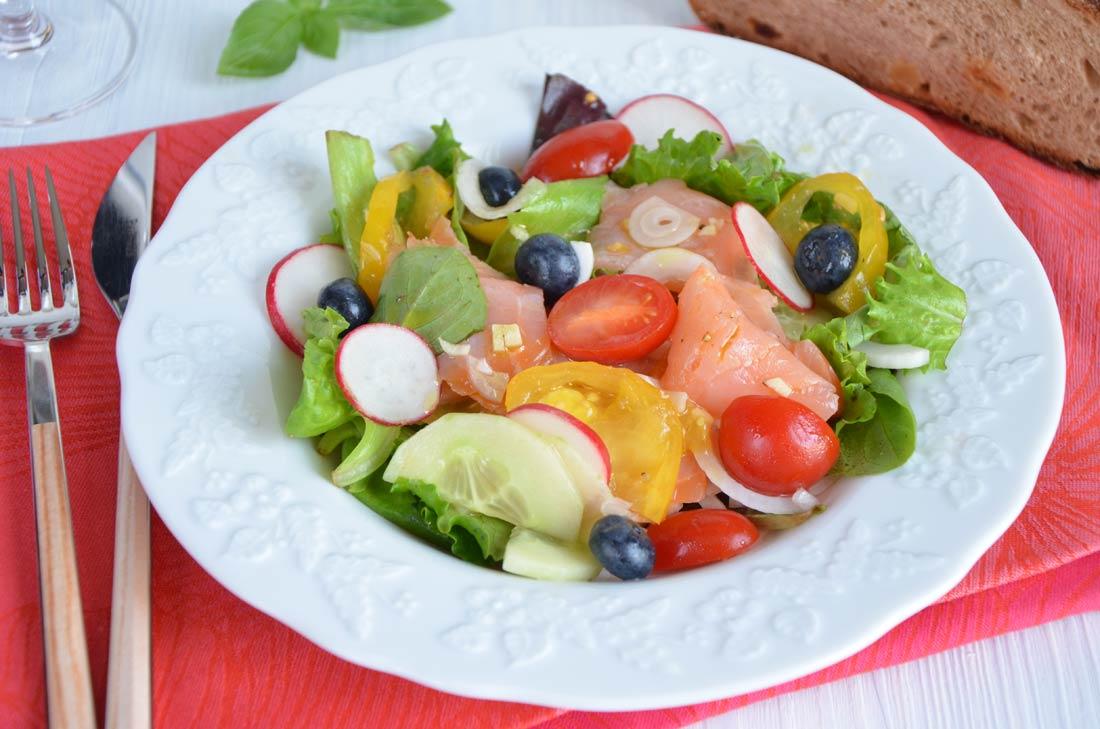 salade fraicheur au saumon fumé myrtilles et tomates