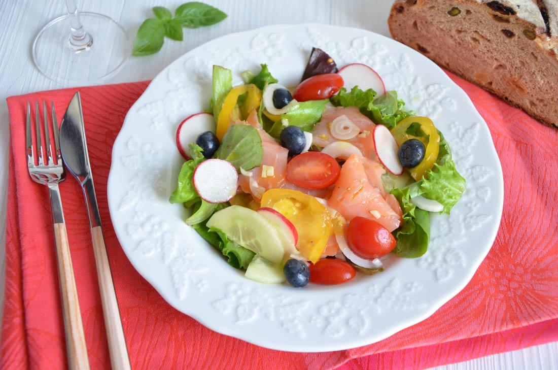 salade fraicheur saumon fum myrtilles et tomates turbigo gourmandises. Black Bedroom Furniture Sets. Home Design Ideas