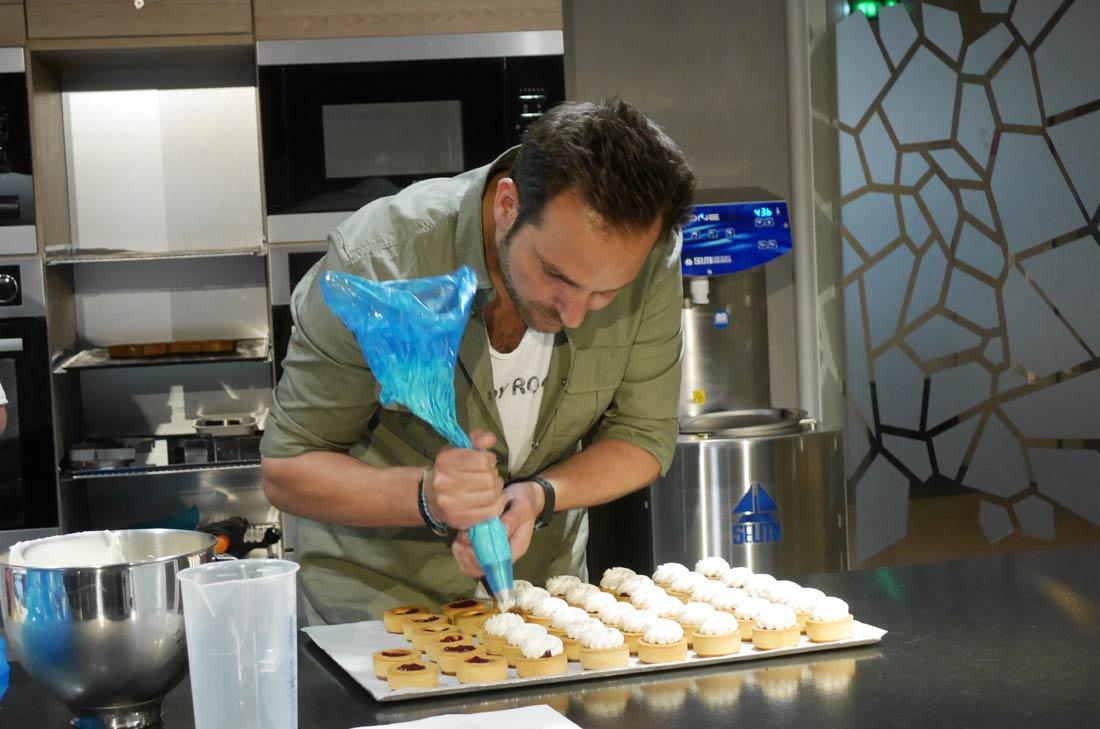 Le pochage des tartelettes par Christophe Michalak