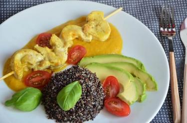 Brochettes poulet sauce poivron quinoa noir