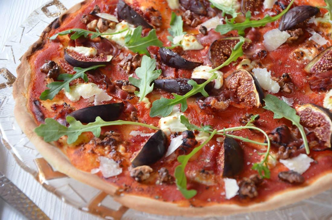 Pizza chèvre jambon cru figues et noix