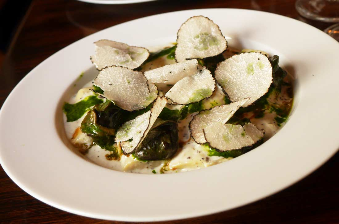 Gnocchis de pâte à choux à la truffe de saison Escargots de Bourgogne en beurre persillé