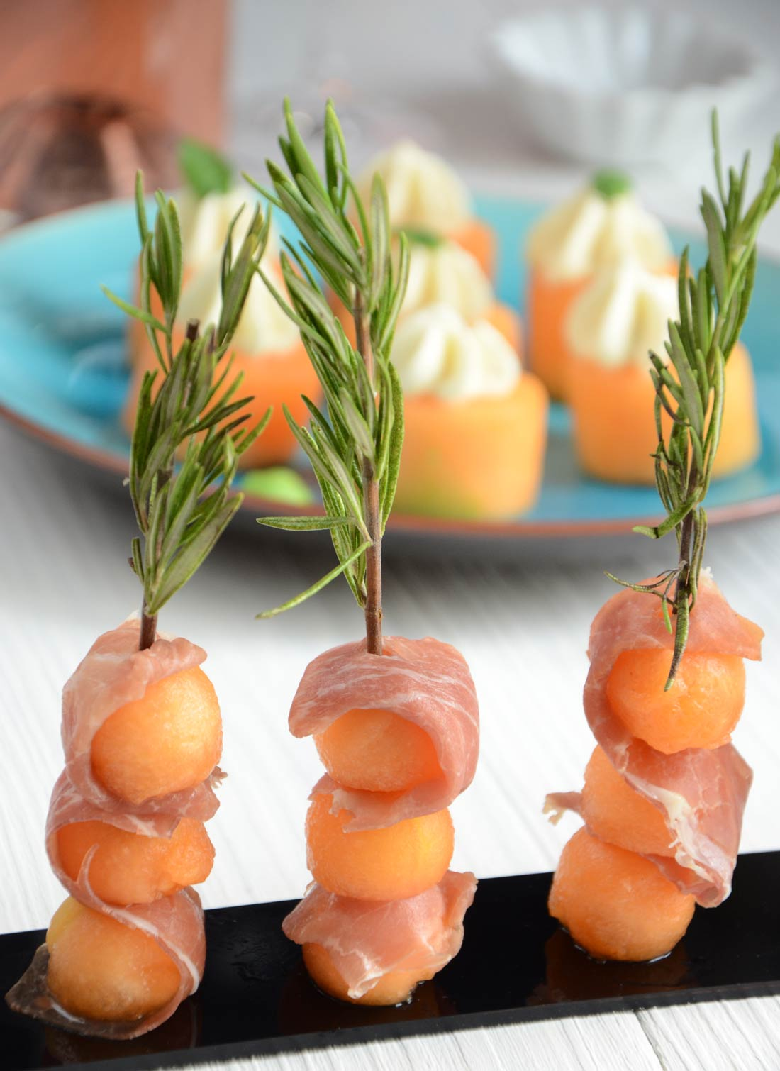 Brochettes melon jambon romarin