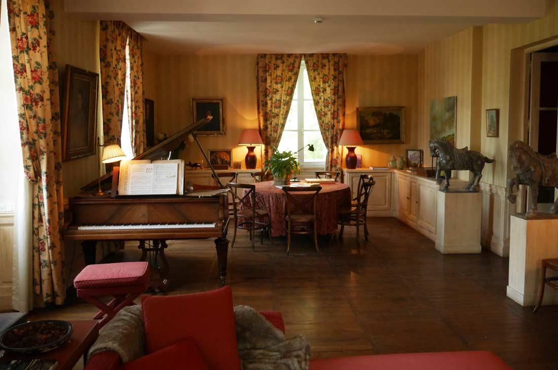salon au piano, Château de Courban