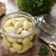 Pickles d'ail au vin blanc maison