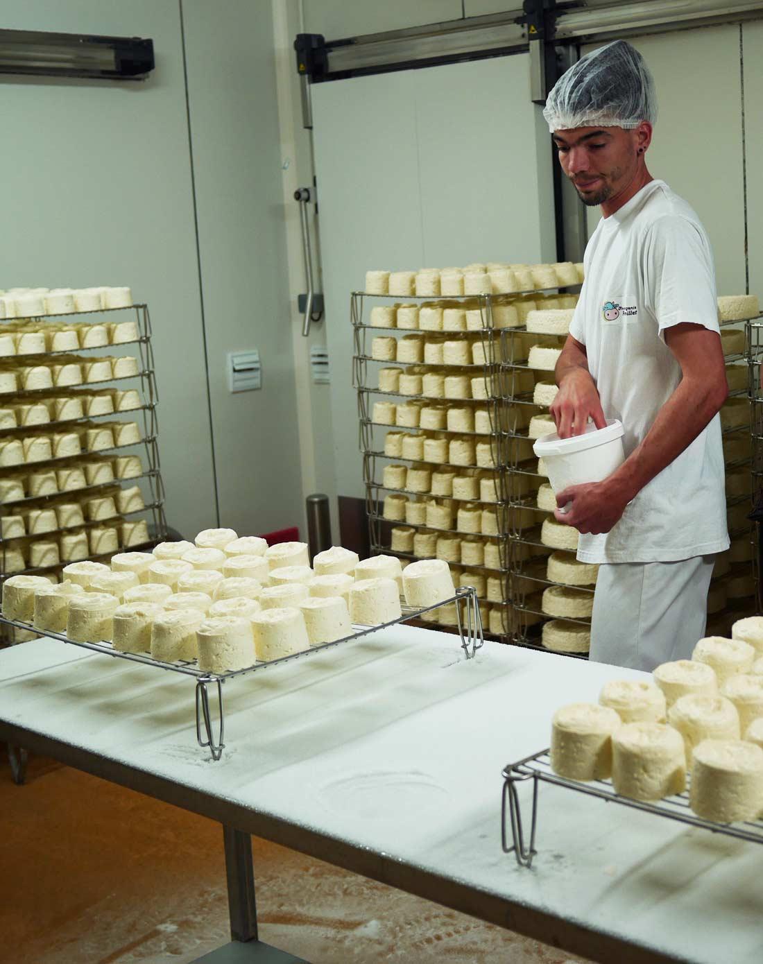 salage du fromage de Langres frais à la fromagerie Remillet
