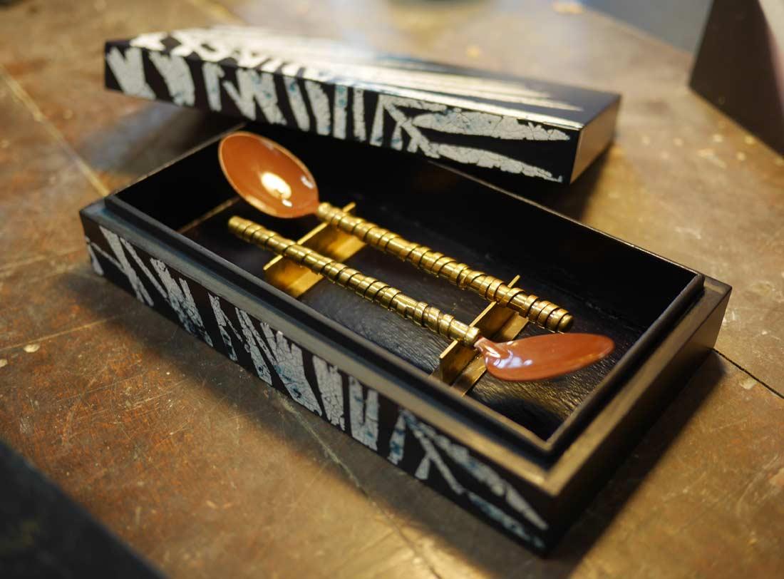 cuillères métal et chocolat Valrhona