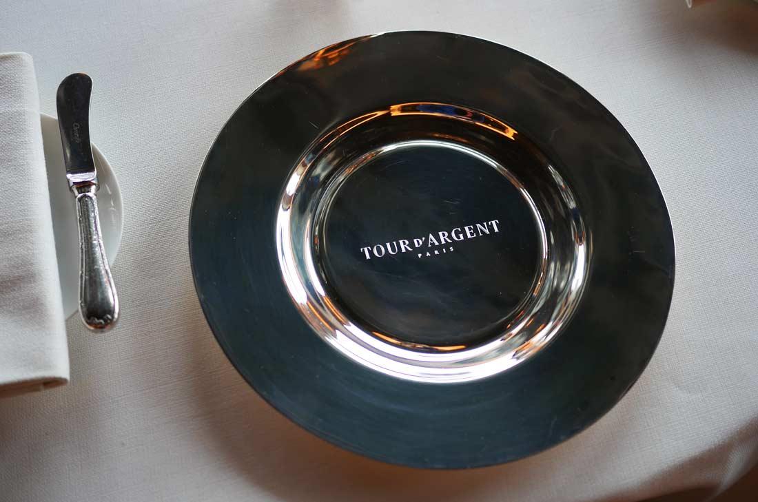 L'assiette en argent de la Tour d'Argent déposée sur les tables avant le service