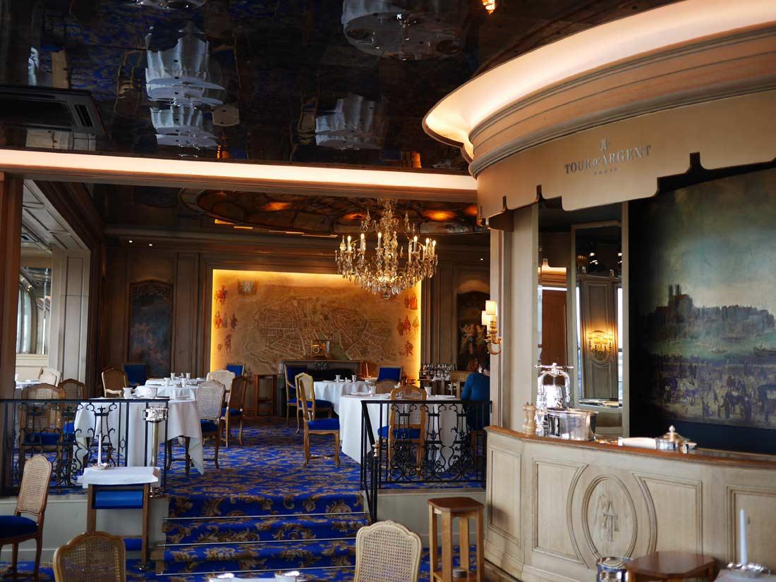 La salle du restaurant La Tour d'Argent et le théâtre où est préparé le caneton au sang