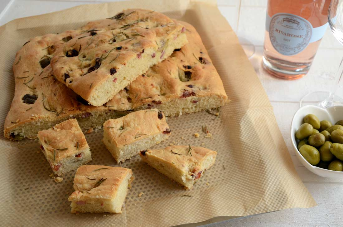 Une recette de Fougasse olives et lardons fait maison