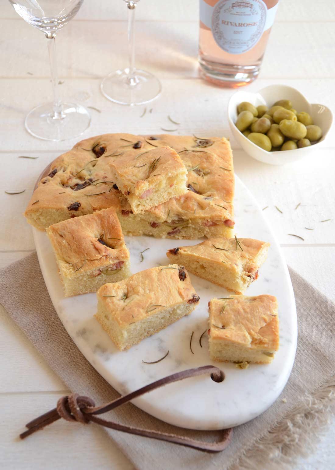 Fougasse olives et lardons maison pour l'apéritif