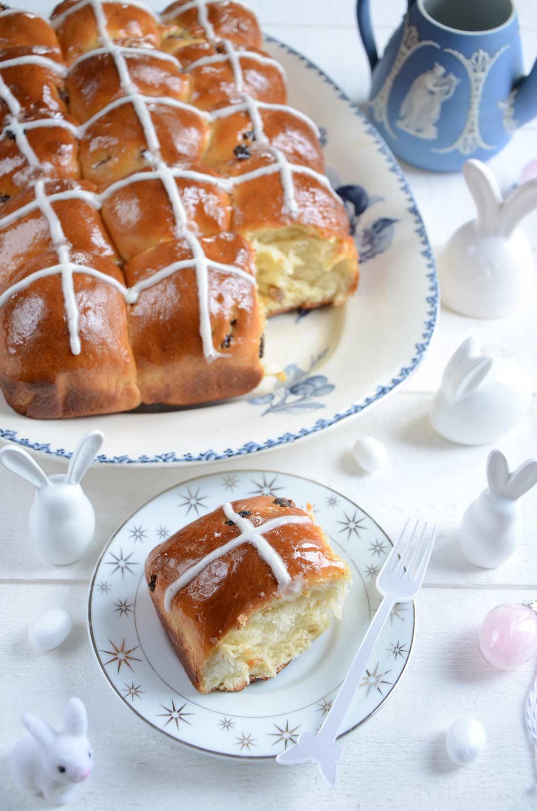 hot cross buns, des brioches de Pâques faites maison et servies pour le Vendredi Saint