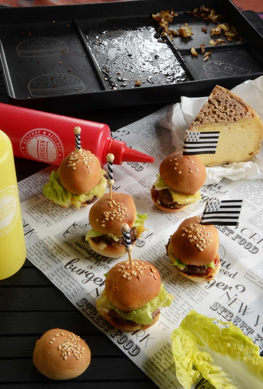 Mini burgers à la Tome de Rhuys aux oignons de Roscoff réalisés avec le Burger Chef Cookut