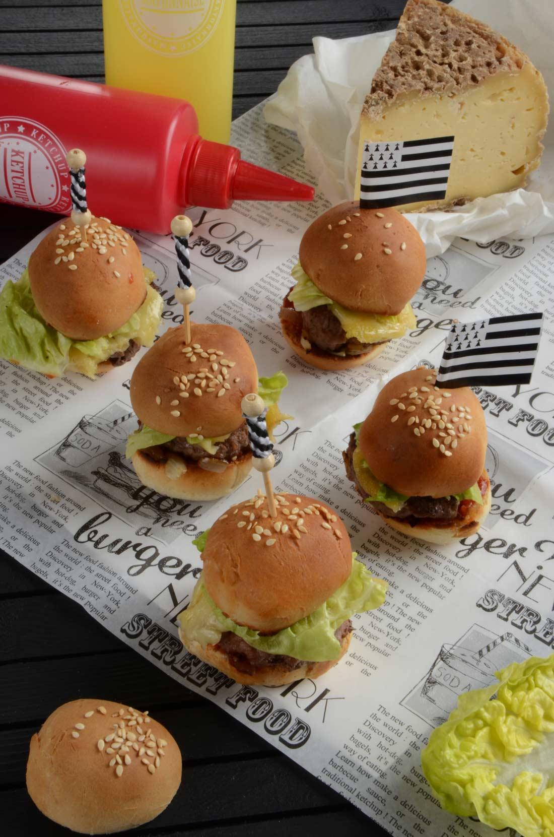 Mini burgers à la Tome de Rhuys aux oignons de Roscoff à déguster à l'apéritif