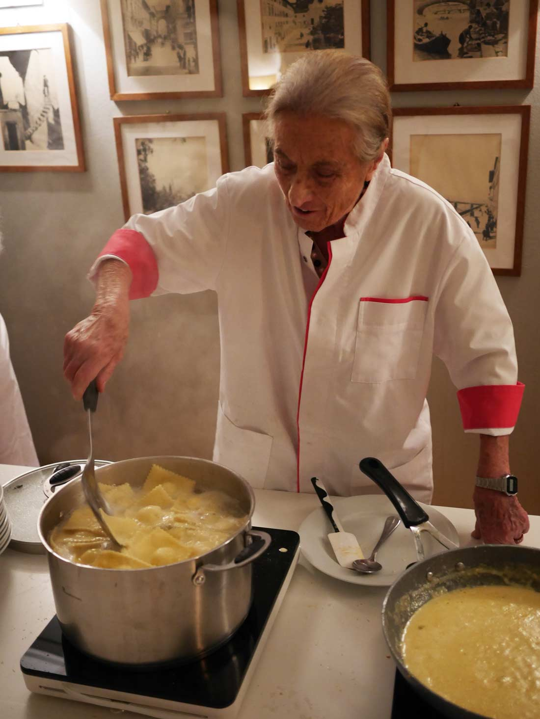 Anna Bini en préparation de la cuisson des raviolis