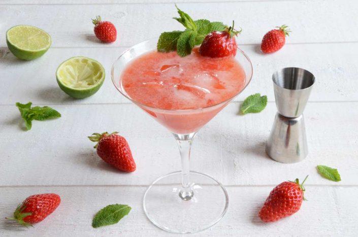 Cocktail liqueur de sureau, gin et fraises fraiches