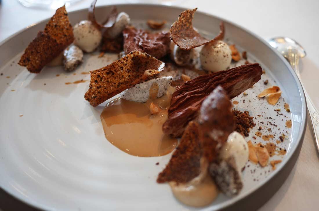 Fèves de cacao de Papouasie, crues, glacées et fumées, un dessert du Shangri-La