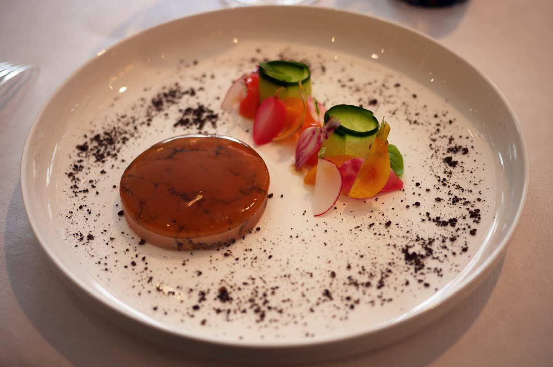 foie gras de canard confit aux cinq parfums servi en entrée au Shangri-La