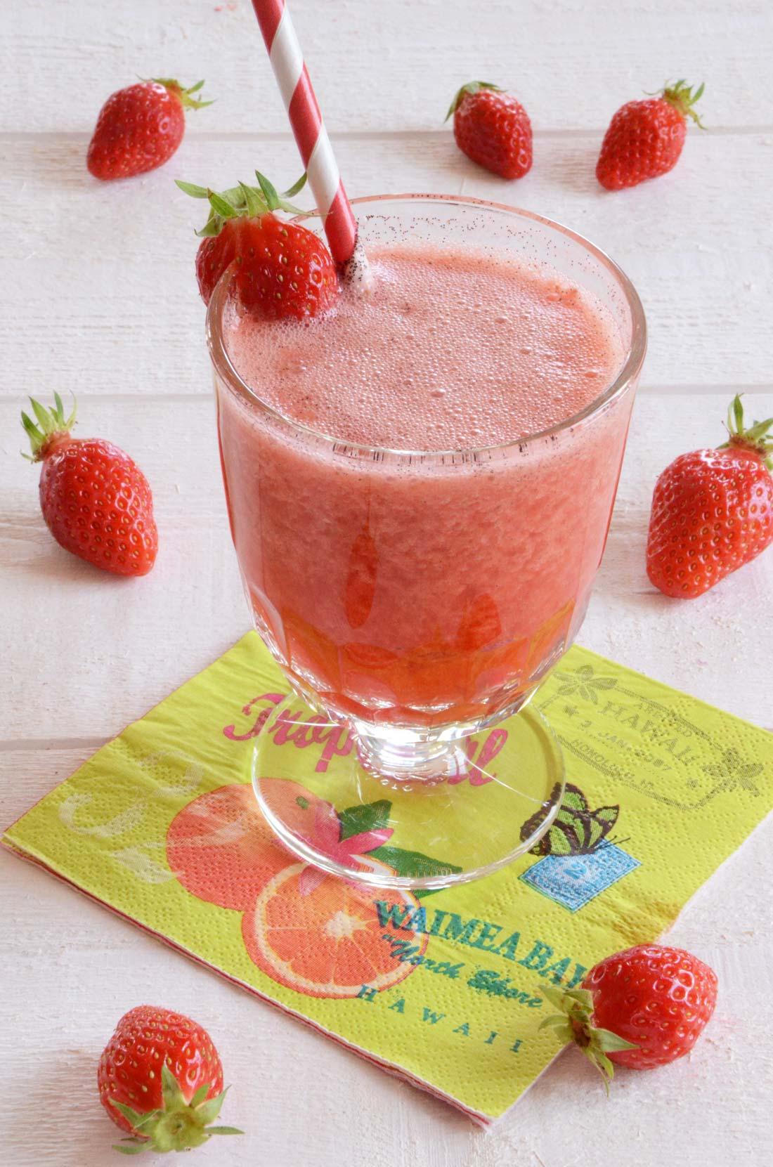 Joli cocktail de jus de fraises au vin rosé glacé