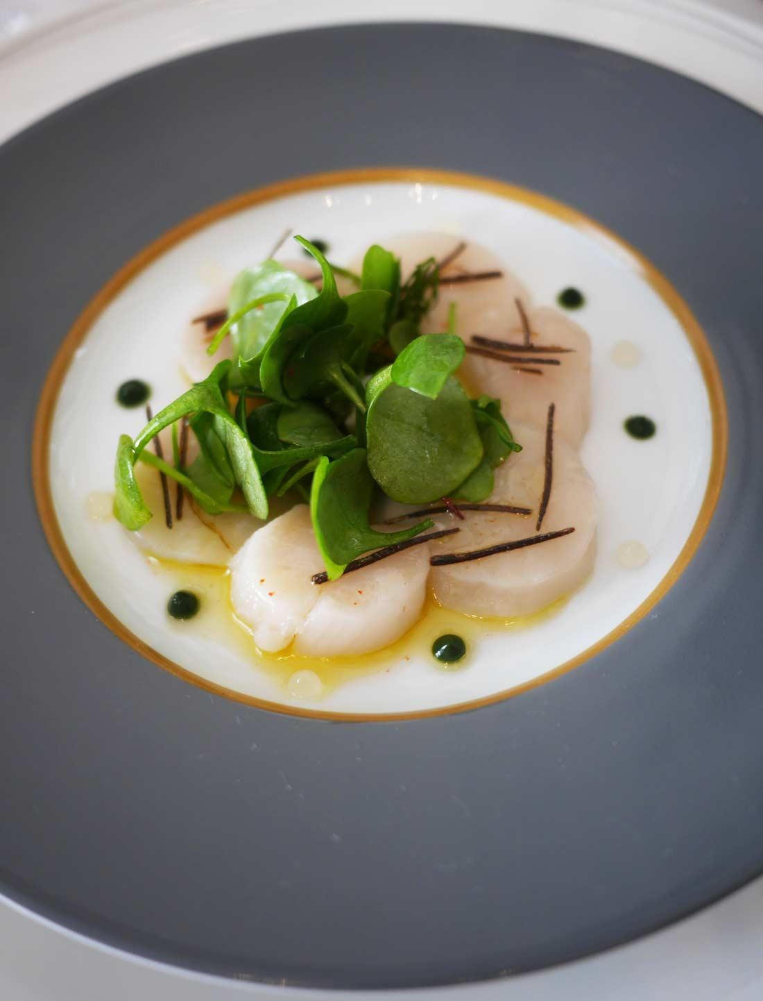 Le plat de noix de saint-jacques algues japonaises servi en entrée