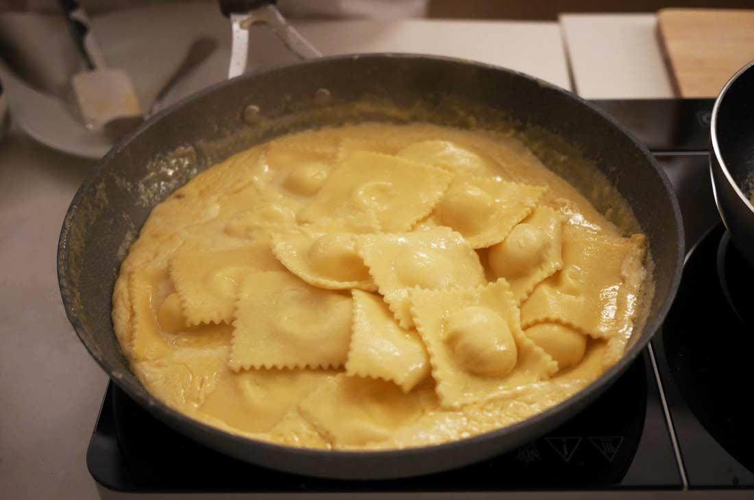 les raviolis finissent leur cuisson dans la sauce